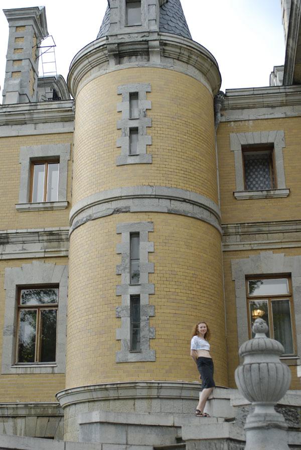 Сам дворец несколько необычен. Строить начал некто князь Воронцов, потом его выкупил Александр III.